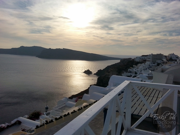 ErikaToh-Backpacking-In-Style-Captains-Budget-Studio-For-2-Maryloujohn-Villas-Oia-Santorini-23