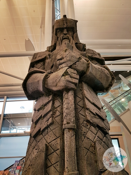 erikaevatohtravels-dwarven-statue-on-display-at-auckland-airport-new-zealand